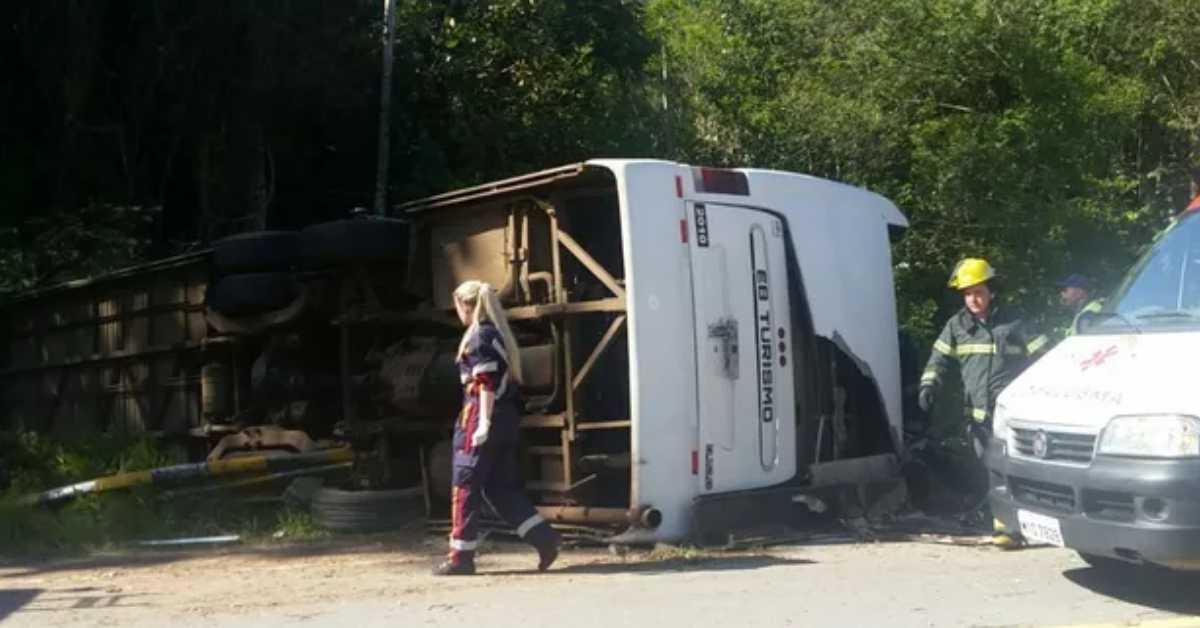 Ônibus de banda G10 tomba na BR-282 e deixa 2 mortos em SC
